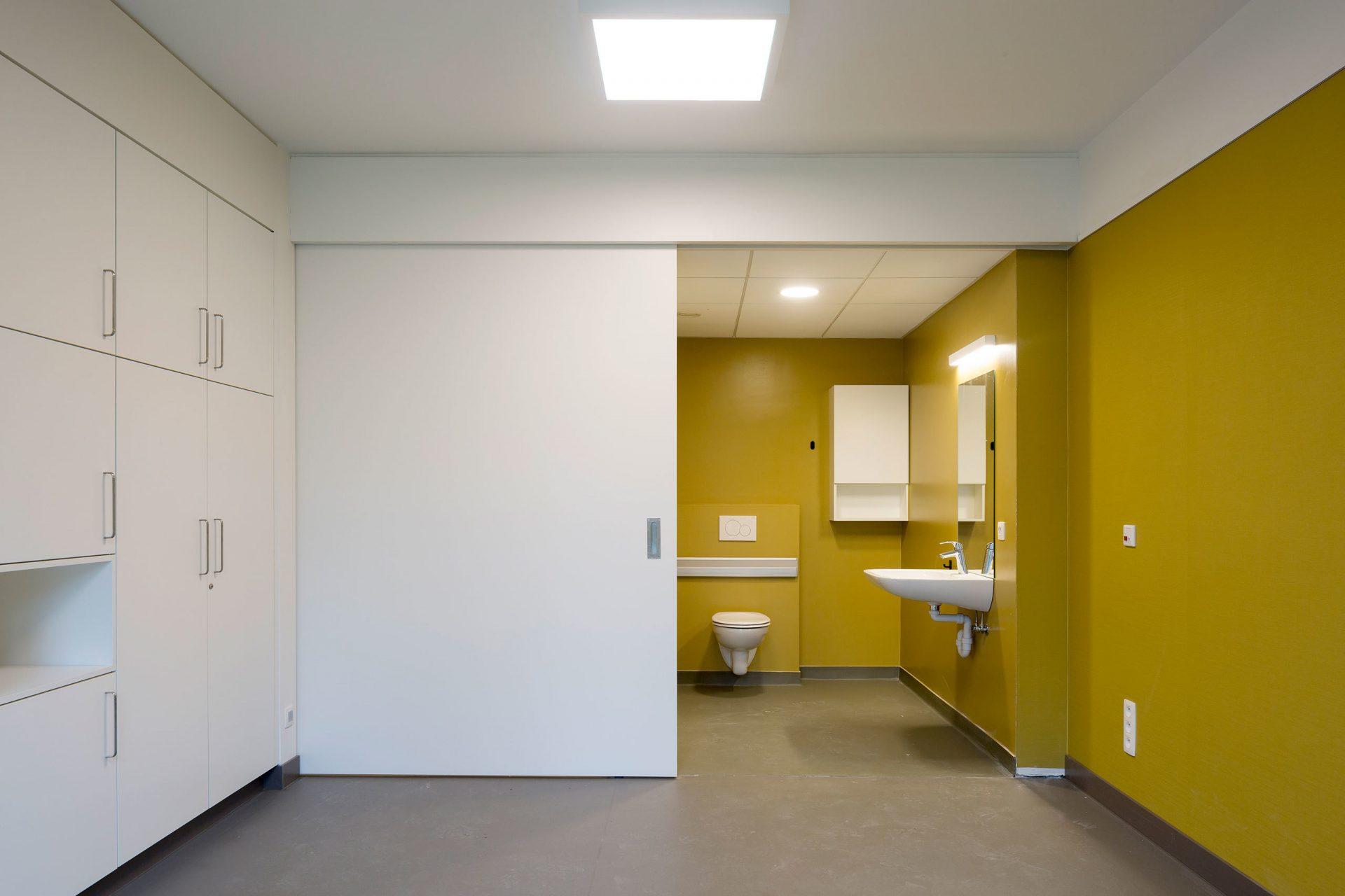 Machelen Room Door Open